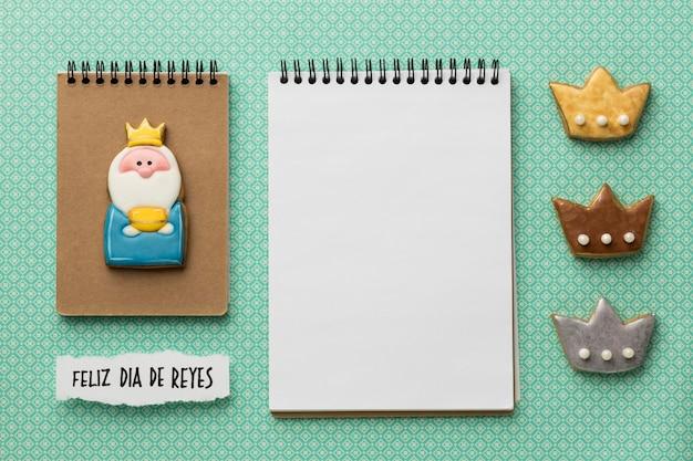 Bovenaanzicht van drie koningen met notitieboekjes en kroon voor epiphany-dag