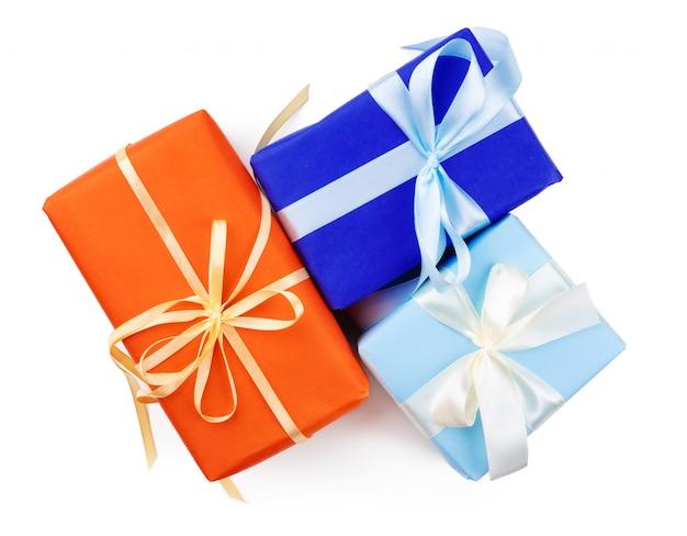 Bovenaanzicht van drie prachtige geschenken op witte achtergrond