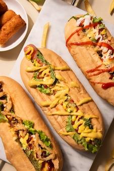 Bovenaanzicht van drie verschillende hotdogs met vulling