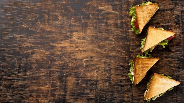 Bovenaanzicht van driehoekige sandwiches met kopie ruimte