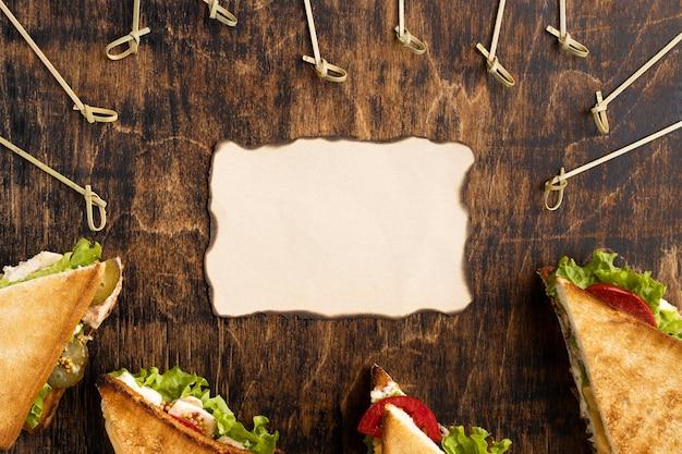 Bovenaanzicht van driehoekige sandwiches met papier