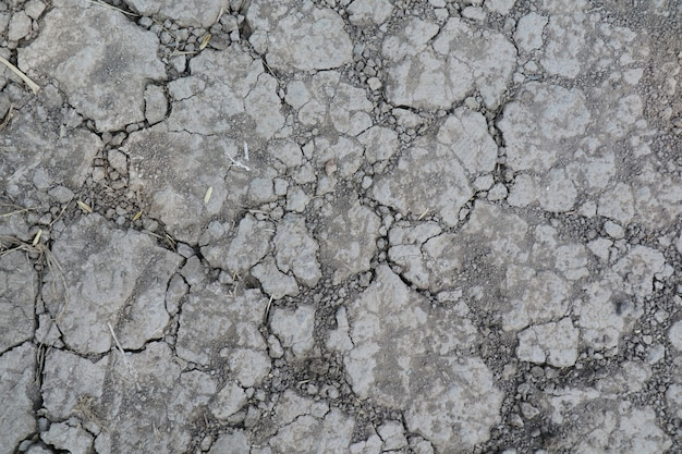 Bovenaanzicht van droge en gebarsten grond. aardachtergrond en textuurconcept.