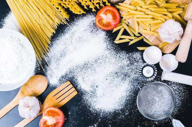 Bovenaanzicht van droge pasta met ingrediënten