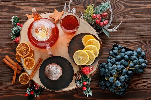 Bovenaanzicht van druiven- en citroenthee met chocoladecake