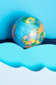 Bovenaanzicht van earth globe met papier oceaan golven