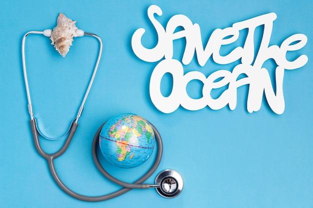 Bovenaanzicht van earth globe met stethoscoop en zee schelp