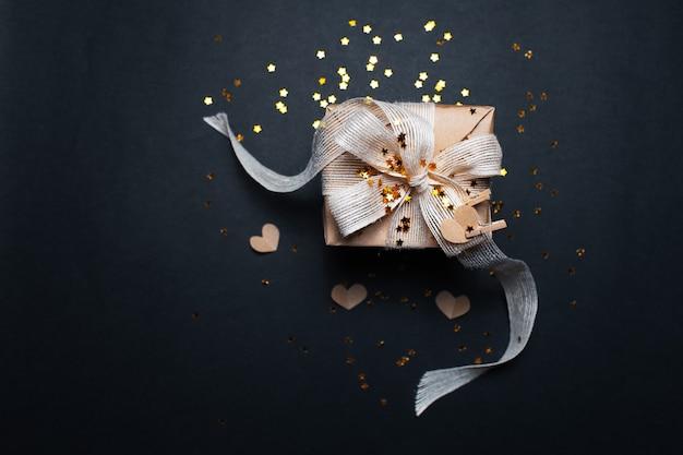 Bovenaanzicht van eco geschenkdoos op oppervlak van zwarte kleur met kopie ruimte