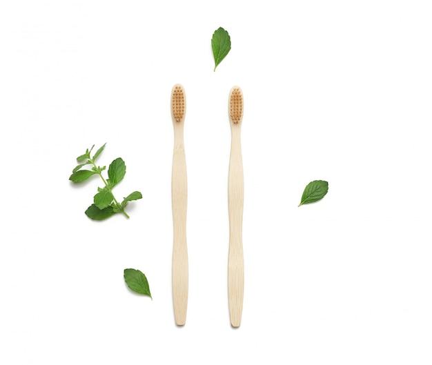 Bovenaanzicht van eco houten tandenborstels geïsoleerd