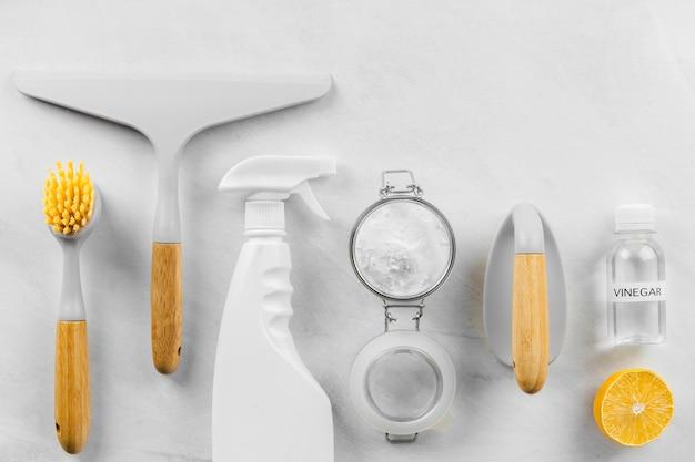 Bovenaanzicht van eco-reinigingsproducten met citroen en bakpoeder