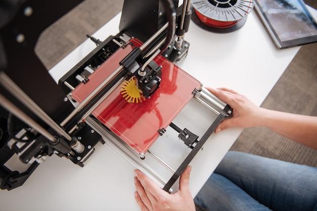 Bovenaanzicht van een 3d-printer die door professionele ontwerpers wordt gebruikt tijdens het afdrukken