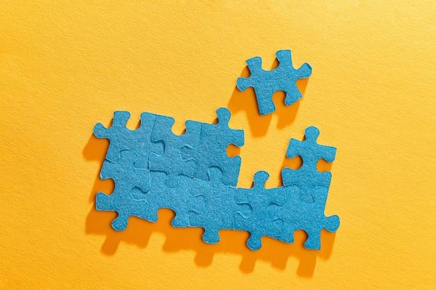 Bovenaanzicht van een blauwe puzzel