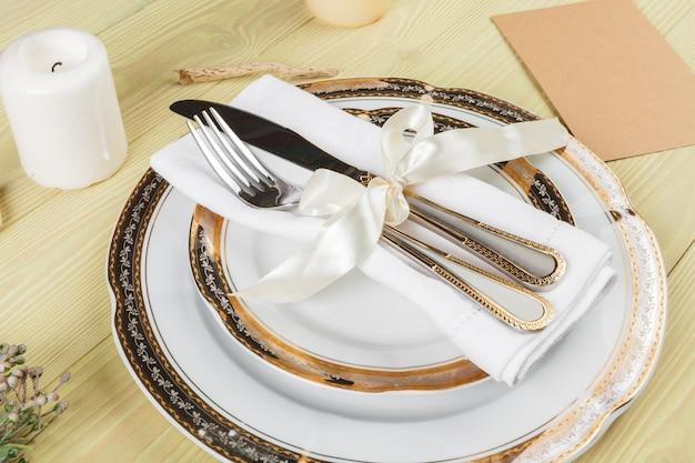 Bovenaanzicht van een bruiloft tabel instelling met decoraties