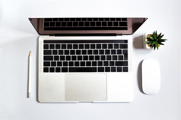Bovenaanzicht van een bureau met kantoorbenodigdheden