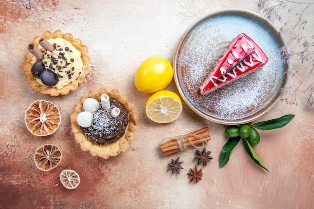 Bovenaanzicht van een close-up een taart plaat van cake kaneel steranijs cupcakes citrusvruchten