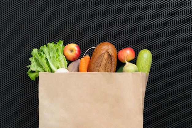 Bovenaanzicht van een eenvoudige tas met verse boodschappen, ecologisch shoppingconcept zonder afval