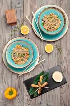 Bovenaanzicht van een gekookte geserveerd gerechten van het menu van het restaurant voor reclame