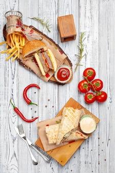 Bovenaanzicht van een gekookte geserveerd gerechten van het menu van het restaurant