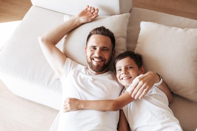 Bovenaanzicht van een gelukkige vader en zijn zoon die samen leggen