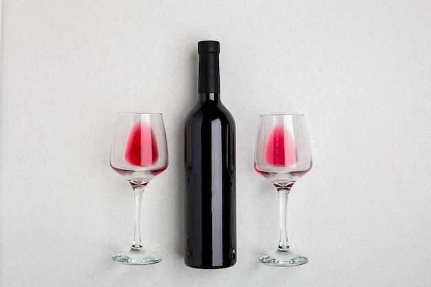 Bovenaanzicht van een grote fles rode wijn drinkglazen op witte achtergrond