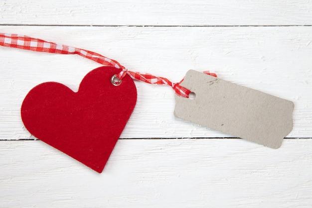 Bovenaanzicht van een hart en een stuk karton