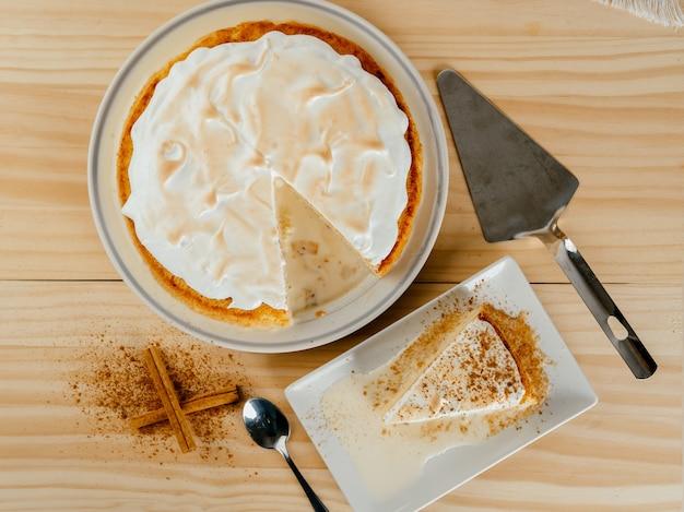 Bovenaanzicht van een heerlijke cake met drie melk en een beetje kaneel, typisch latijns-amerikaans dessert