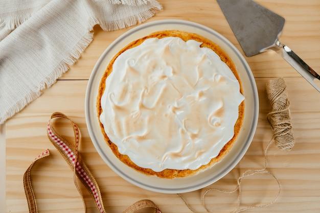 Bovenaanzicht van een heerlijke cake met drie melk op een dennenhouten achtergrond, typisch latijns-amerikaans dessert