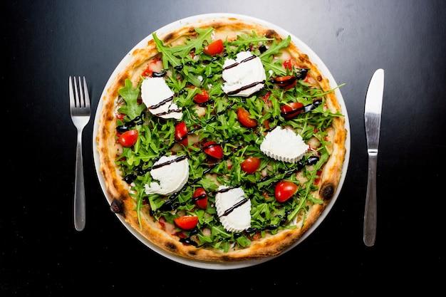 Bovenaanzicht van een heerlijke en provocerende pizza