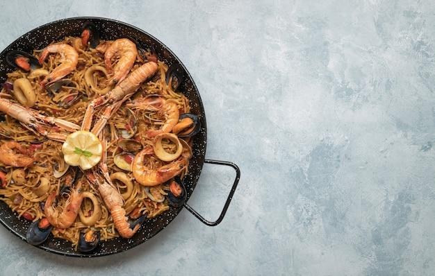 Bovenaanzicht van een heerlijke maaltijd met noedels, zeevruchten, garnalen en oesters