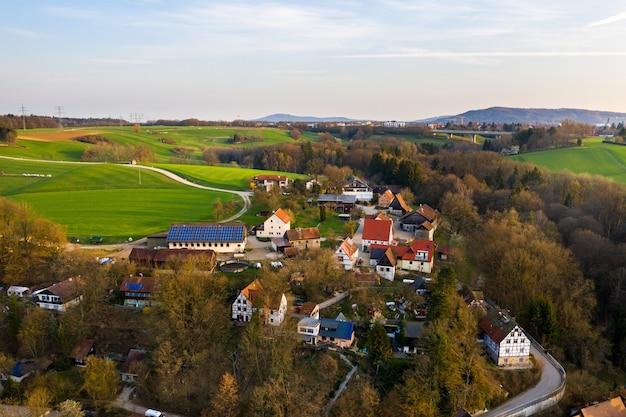 Bovenaanzicht van een herfstdorp in saksisch switzerland.germany