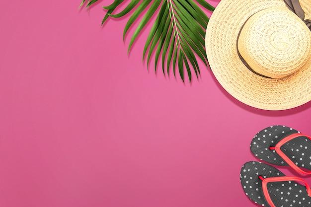 Bovenaanzicht van een hoed en pantoffel met een gekleurde achtergrond.