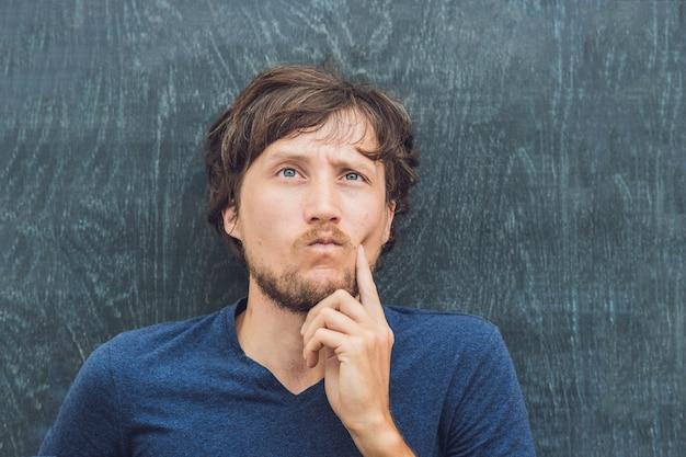 Bovenaanzicht van een jonge man met ruimte voor tekst en symbolen op het oude houten achtergrondconcept voor Premium Foto