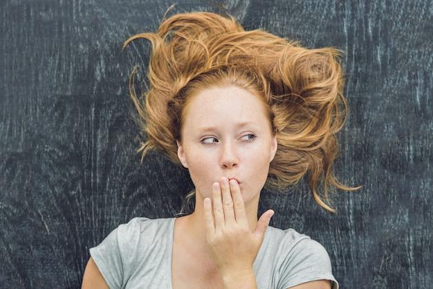 Bovenaanzicht van een jonge vrouw
