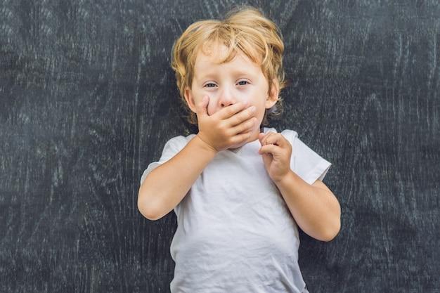 Bovenaanzicht van een kleine blonde jongen jongen