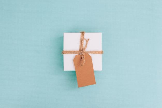 Bovenaanzicht van een kleine geschenkdoos met een label