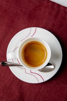 Bovenaanzicht van een kopje koffie op tafel