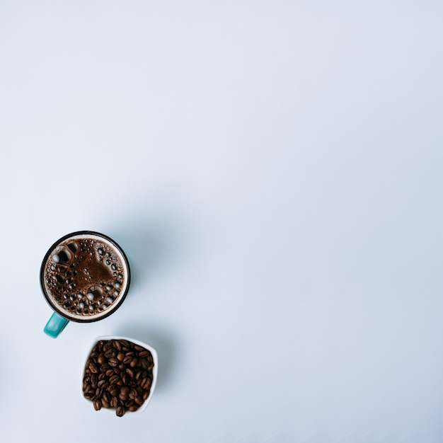 Bovenaanzicht van een kopje koffie