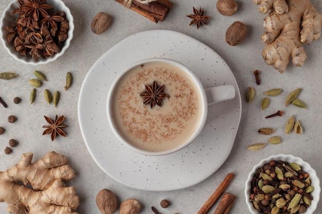 Bovenaanzicht van een kopje met indiase gekruide masala-thee