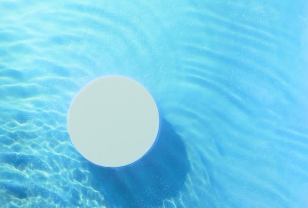 Bovenaanzicht van een leeg rond podium in transparante golven van water op een leeg cosmetisch product met een blauwe achtergrond