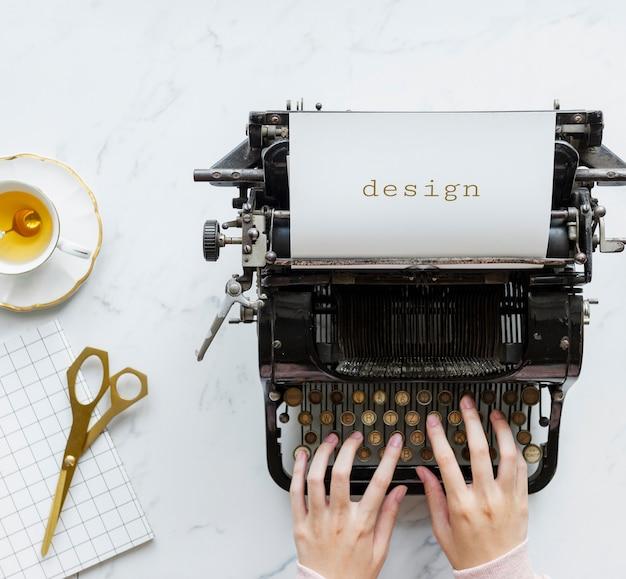 Bovenaanzicht van een man die typt op een retro typemachine