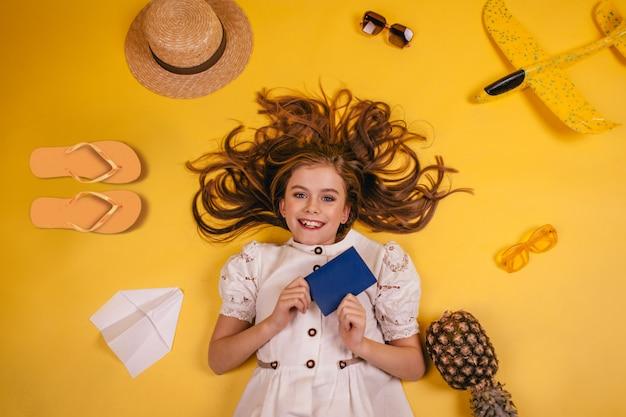 Bovenaanzicht van een meisje met een paspoort in de rivieren die reist