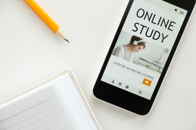 Bovenaanzicht van een mobiele telefoon op kantoor, online studie