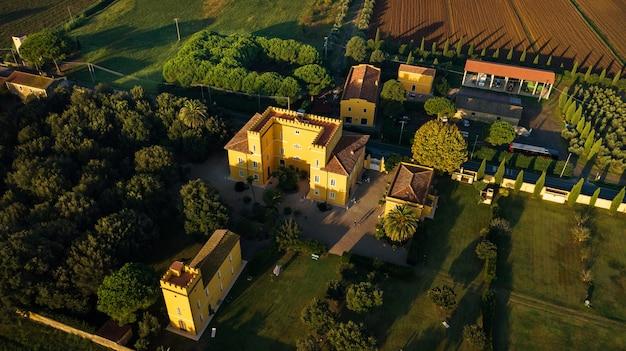 Bovenaanzicht van een oude gele villa in de toscaanse regio