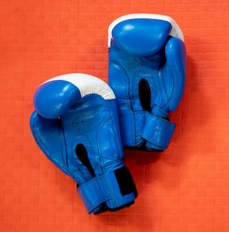 Bovenaanzicht van een paar bokshandschoenen