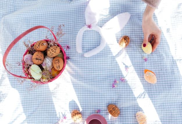 Bovenaanzicht van een paasvakantie picknick met beschilderde eieren