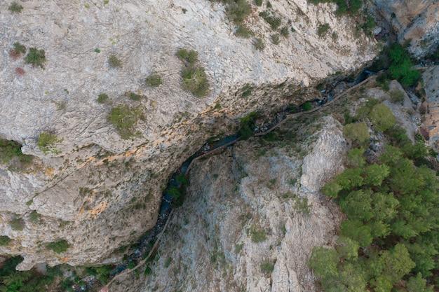 Bovenaanzicht van een pad dat tussen de rotsen loopt