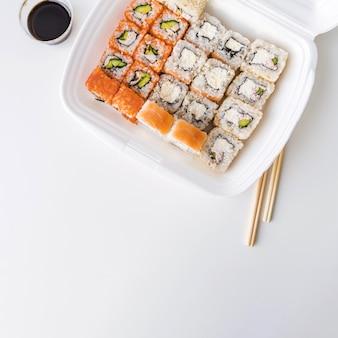 Bovenaanzicht van een por kom met sushi