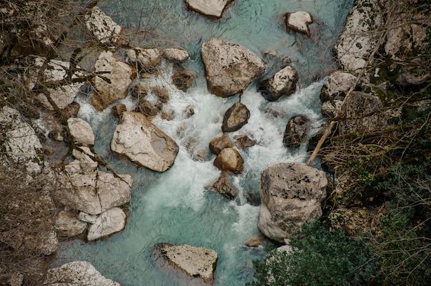Bovenaanzicht van een prachtige azuurblauwe rivier in georgië