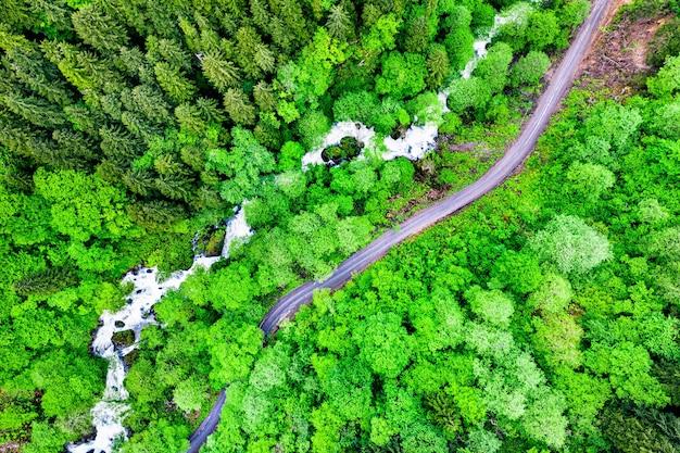 Bovenaanzicht van een rivier en een weg in het pontische gebergte, in noord-anatolië, turkije