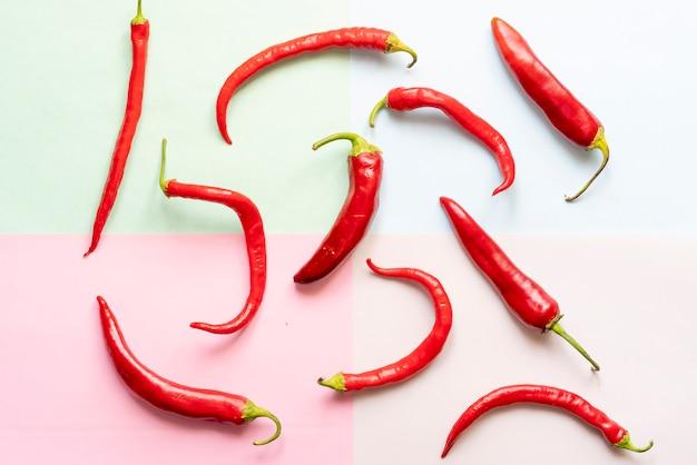 Bovenaanzicht van een rode chili peper met vierkante frame bovenop zachte kleur oppervlak kopie ruimte concept f