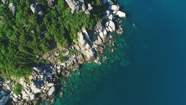 Bovenaanzicht van een rotsachtig eiland helder water grote stenen thailand